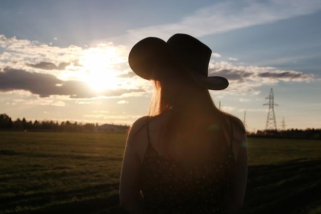 Mädchen outdoor-feld sonnenuntergang texas hut
