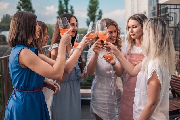 Mädchen party. schöne freundinnen, die spaß an der junggesellenabschied haben. sie feiern und trinken champagner beim junggesellinnenabschied. danke schön