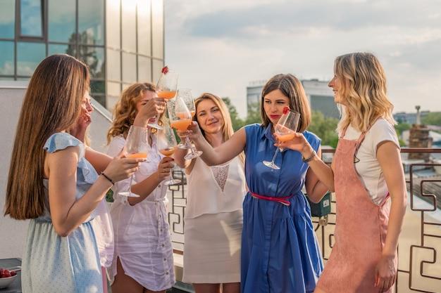 Mädchen party. schöne freundinnen, die spaß an der junggesellenabschied haben. sie feiern und trinken champagner beim junggesellinnenabschied