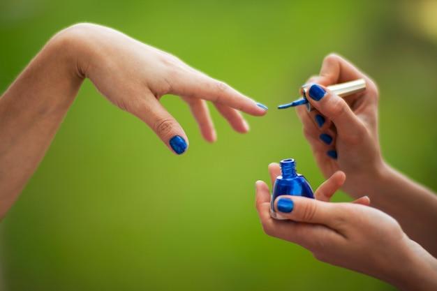 Mädchen polieren ihre nägel