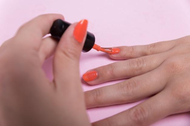 Mädchen poliert ihre nägel