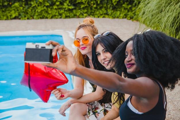 Mädchen posieren am schwimmbad