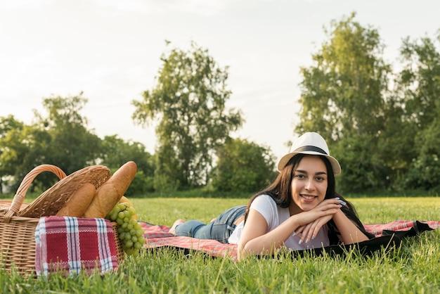 Mädchen posiert auf einer picknickdecke