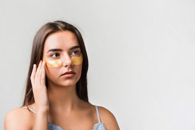 Mädchen posiert mit gesichtsmaske