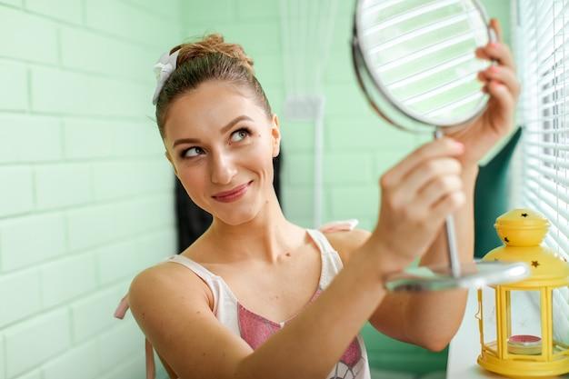Mädchen preens vor spiegel
