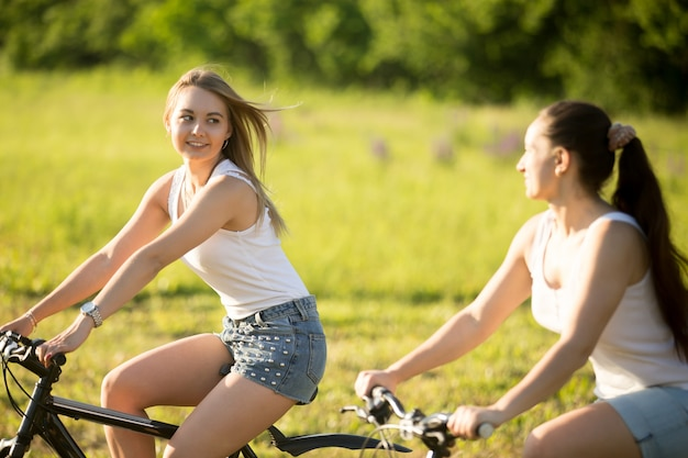 Mädchen radfahren