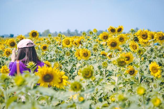 Mädchen reist in sonnenblumenfarm.