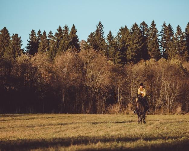Mädchen reiten ein pferd
