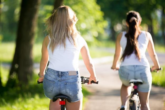 Mädchen reiten fahrrad in einem unscharfen hintergrund