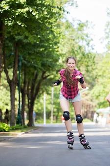 Mädchen reiten rollerblades
