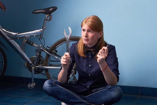 Mädchen repariert das fahrrad