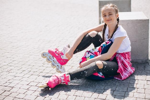 Mädchen rollschuhlaufen