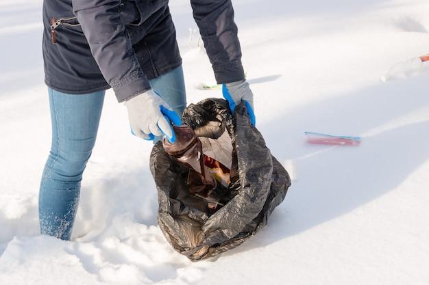 Mädchen sammelt müll im winter