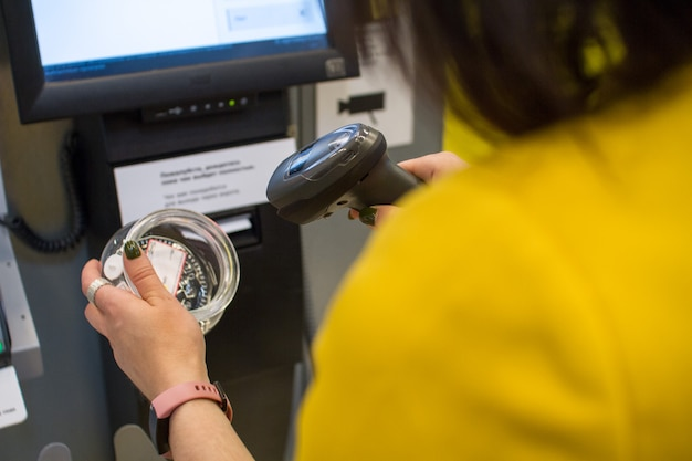Mädchen scannt einen kauf in einem geschäft oder in einem supermarkt