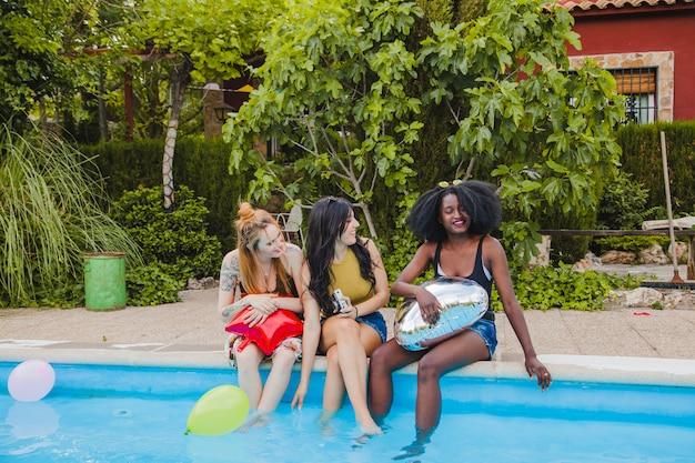 Mädchen scherzen am schwimmbad