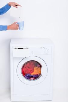 Mädchen schläft im glas pulver für eine waschmaschine ein.