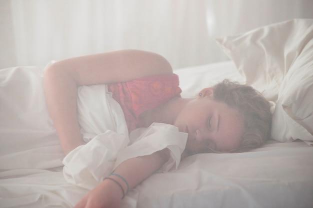 Mädchen schläft im manda bay resort