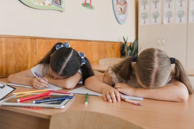 Mädchen schlafen im unterricht