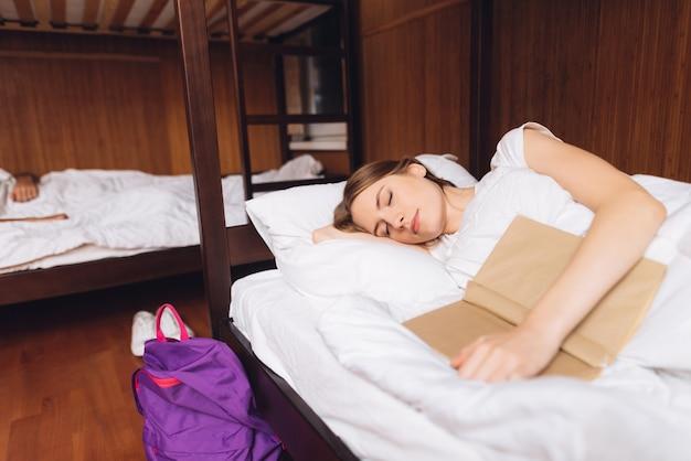 Mädchen schlief mit buch ein.