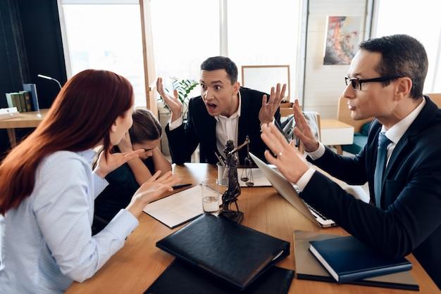 Mädchen schließt ohren, wenn eltern in der kanzlei des anwalts streiten.