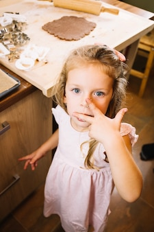 Mädchen schmeckt lebkuchen