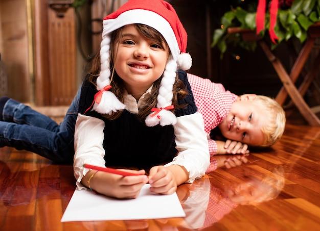 Mädchen schreiben einen weihnachtsbrief