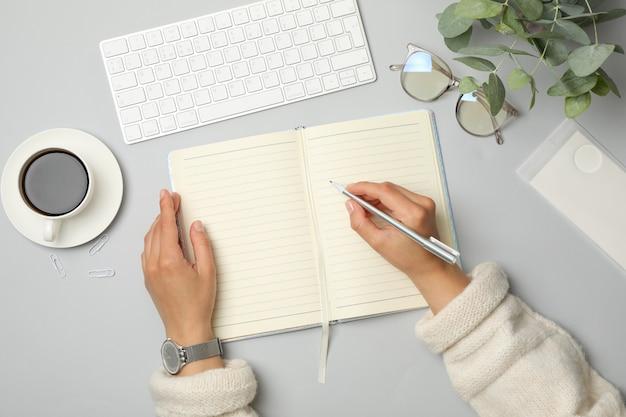 Mädchen schreibt am notizbuch, draufsicht. geschäfts- oder blogger-konzept