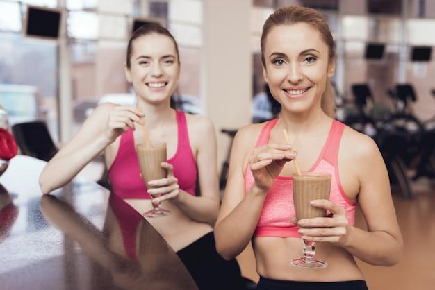 Mädchen sehen glücklich, modisch und fit aus