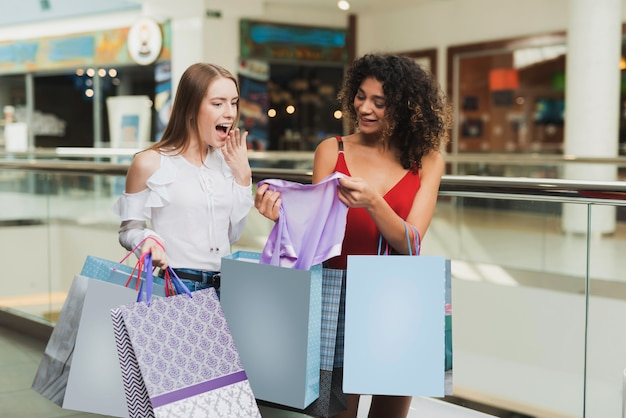 Mädchen sind in der mall black friday sale einkaufen