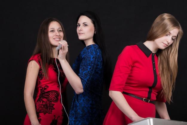 Mädchen singen und ein anderes mädchen typisierung