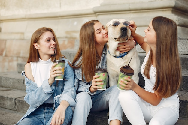 Mädchen sitzen auf einer treppe mit niedlichem hund