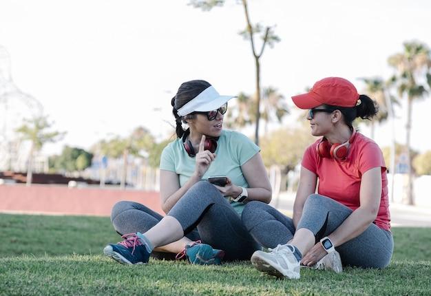 Mädchen sitzen im park nach dem training