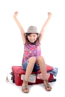 Mädchen sitzt auf einem koffer