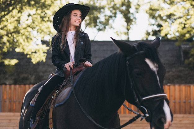Mädchen sitzt auf einem pferd