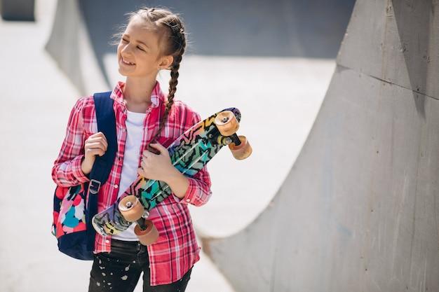 Mädchen skaten im park