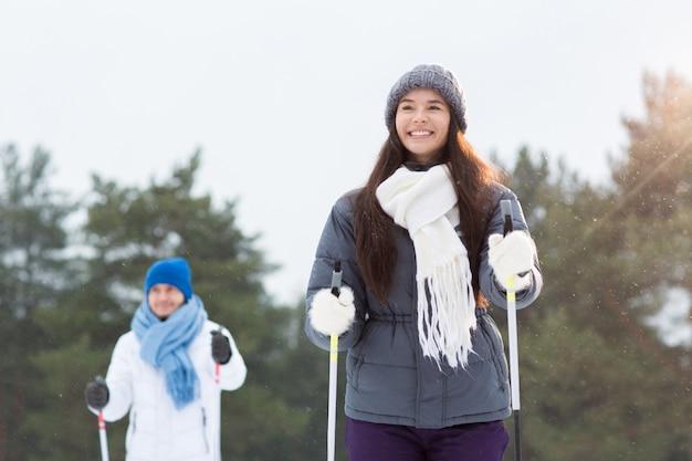 Mädchen skifahren