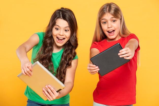 Mädchen spielen auf dem tablet