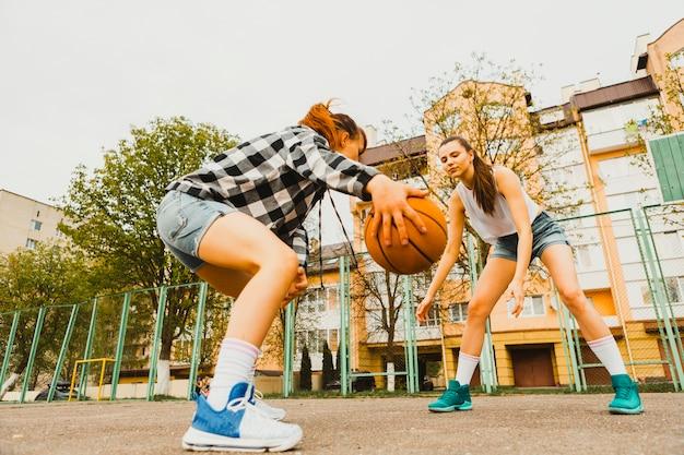 Mädchen spielen basketball