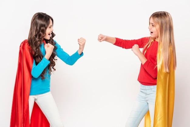 Mädchen spielen kampf als helden