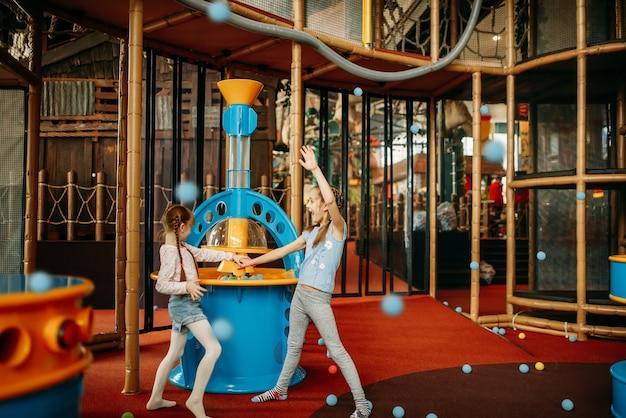 Mädchen spielt luftgewehrmaschine, kinderspielzentrum