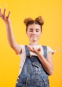 Mädchen spielt mit blasen