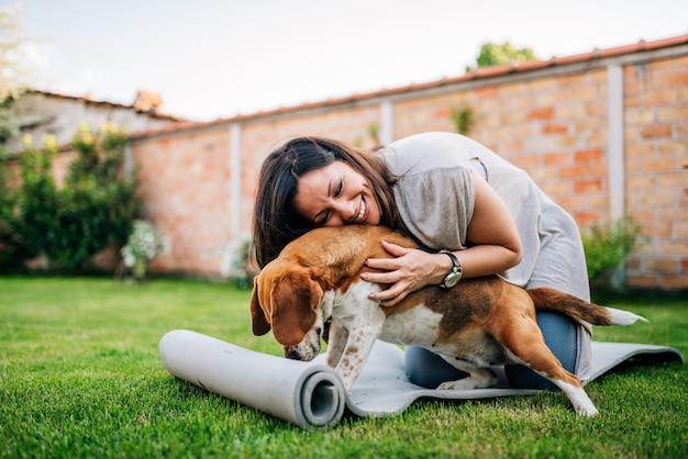 Mädchen spielt mit einem hund im yard, spürhundhund.