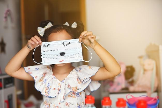 Mädchen spielt mit gemalter maske