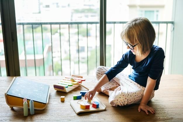 Mädchen spielt mit holzspielzeug