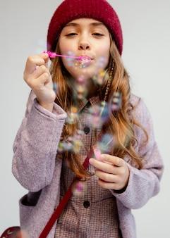 Mädchen spielt mit seifenblasen