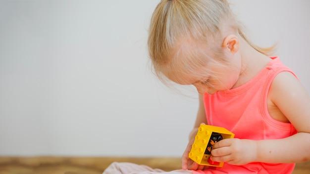 Mädchen spielt mit spielzeug