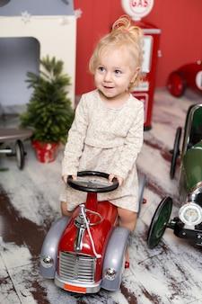 Mädchen spielt mit spielzeugautos.
