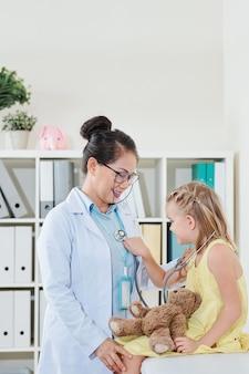 Mädchen spielt mit stethoskop