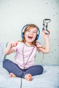 Mädchen spielt videospiele