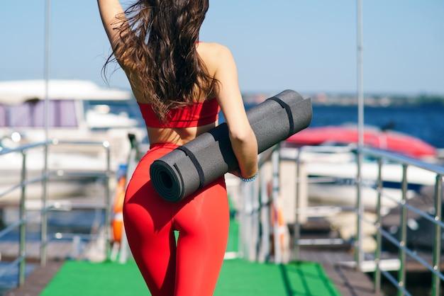 Mädchen sportmatte zum üben von yoga